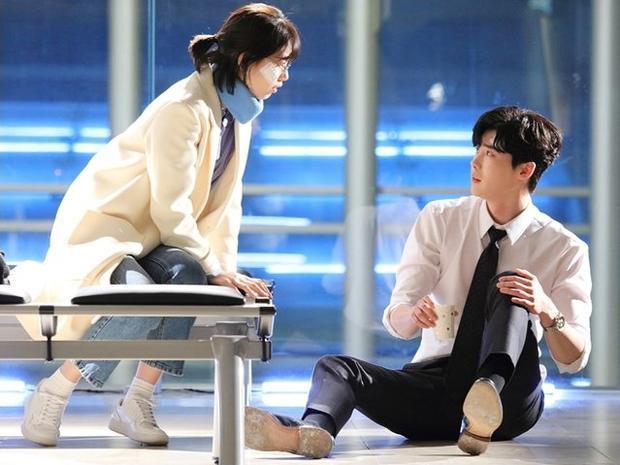Cặp đôi hoàn cảnh khiến khán giả liên tưởng đến một chuyện tình liên kết với đời thực.