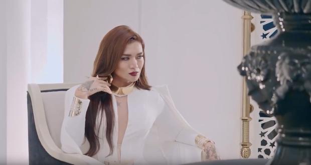 Về dàn diễn viên trong MV, BB Trần giả gái nhưng vẫn diễn xuất duyên dáng lột tả một ác nữ xinh đẹp, quyến rũ. Trang phục và tạo hình của BB Trần cũng được chăm chút cẩn thận sao cho thật lộng lẫy quyền lực sang trọng.