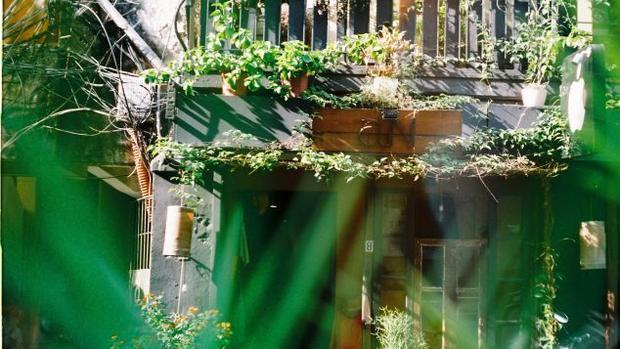 Còn nếu muốn mua sắm những món quà Hà Nội hiện đại, nhà thơ Nguyễn Quí Đức gợi ý một vài địa chỉ như Nhà Sàn Collective, Flora Flora, aN store và The Dreamers.