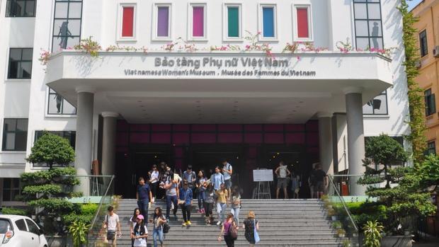 Chính vì tình yêu đó mà cô mở một công ty du lịch chuyên các tour và workshop về thời trang và văn hóa Hà Nội. Bảo tàng Phụ Nữ Việt Nam là một trong các điểm dừng chân yêu thích của cô.