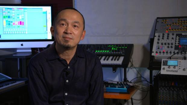 Nhạc sĩ Quốc Trung, một người con của Hà Nội, một nhạc sĩ quen thuộc và nổi tiếng với tài năng và niềm đam mê phát triển âm nhạc.