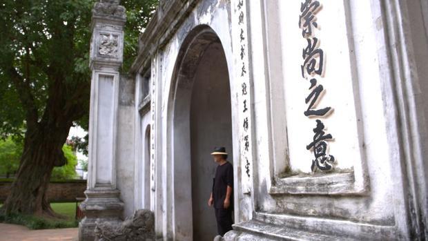 Nhà thơ Nguyễn Quí Đức, một nhà thơ và một nhà báo, kiêm chủ quán bar & gallery Tadioto ngay cạnh Nhà Hát Lớn Hà Nội. Ông sinh ra và lớn lên trong thời chiến, từng sống và làm việc tại Hoa Kỳ nhưng tình yêu đối với con người, lịch sử, kiến trúc Hà Nội đã thôi thúc ông quay trở lại.