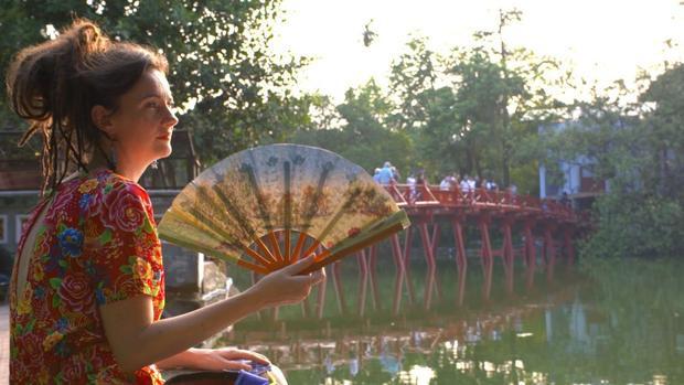 Donna Bramhall, người Anh, một giảng viên thời trang kiêm một blogger và chủ một công ty du lịch. Cô chuyển đến Hà Nội 4 năm trước vì tình yêu với màu sắc, vải vóc truyền thống Hà Nội nói riêng và Việt Nam nói chung.