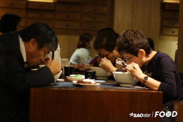 Cùng nghe hướng 'dân Đài Loan' bật mí bí quyết gọi món dành cho du khách lần đầu tiên thưởng thức mì bò: Hãy gọi mì bò nước đỏ nếu bạn thích những món ăn có hương vị đậm đà. Ngược lại, nước trong sẽ có vị ngọt thanh nhẹ nhàng.
