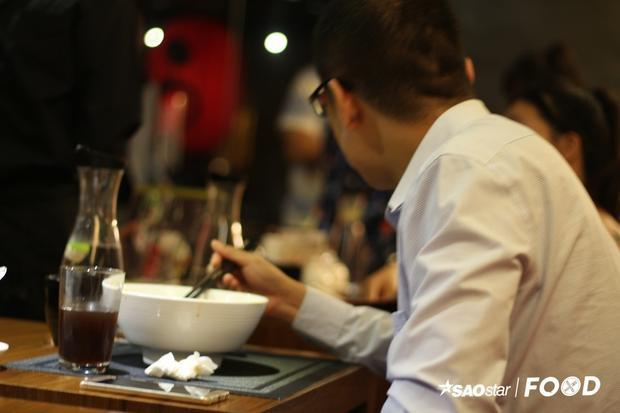 Tại Đài Loan, mì bò được đựng trong tô to và ăn bằng muỗng lớn (gần bằng kích thước một chiếc vá nhỏ).