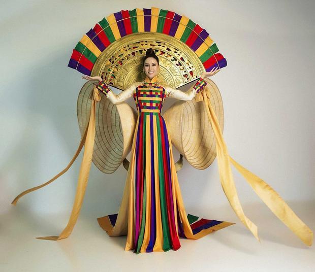 Trang phục truyền thống của Nguyễn Loan tại Miss Universe 2017.