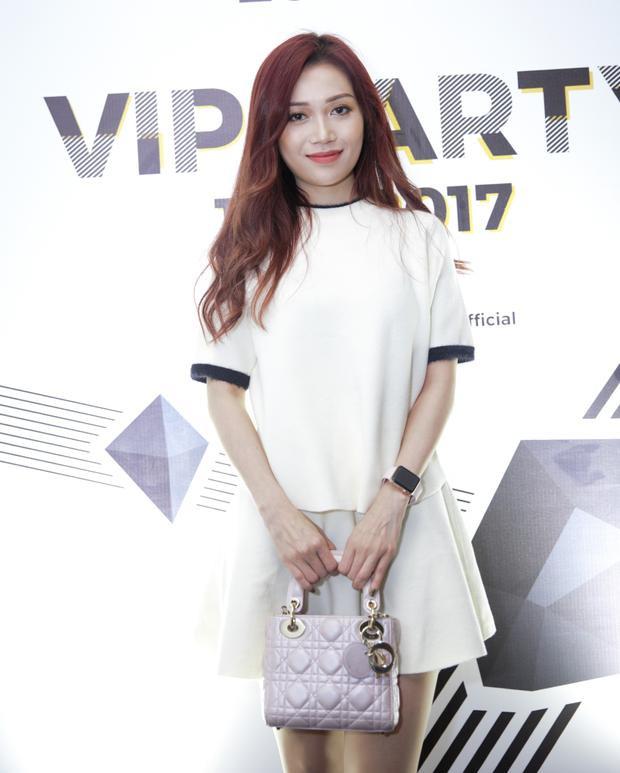 Nữ diễn viên Sỹ Thanh xuất hiện với cây trắng đơn giản, túi xách hồng nhạc trẻ trung.