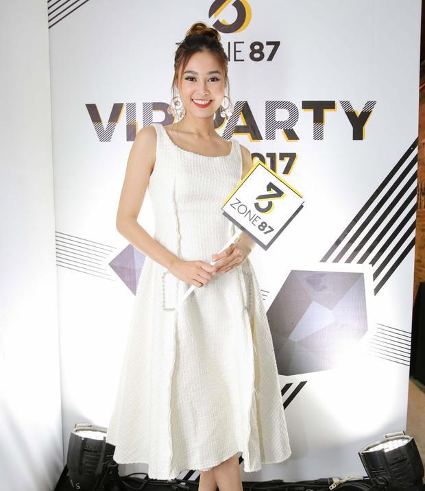 """Không chỉ lộng lẫy với áo dài và thời trang thập niên 60 trong """"Cô ba Sài Gòn"""", nữ diễn viên được ví như công chúa tại sự kiện khi diện chiếc đầm trắng cùng kiểu tóc búi cao."""