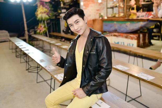 """Nam Hee """"chơi nổi"""" với cây vàng chói lóa cùng áo da khác ngoài."""