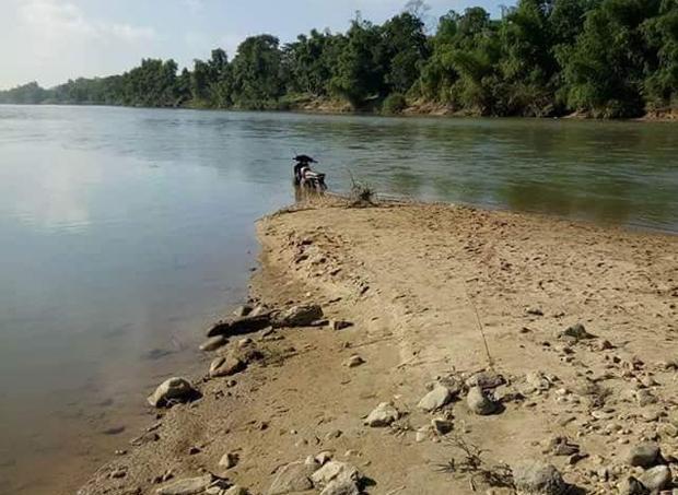 Chiếc xe máy của anh Quyên để trên bờ sông.