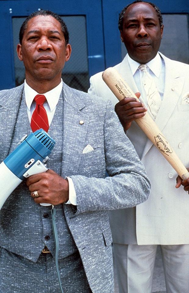 Nam diễn viên Morgan Freeman trong vai thầy giáoJoe Clark (bên trái)