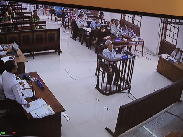 Bị cáo Nguyễn Khắc Thủy trong phiên tòa xét xử vào chiều ngày 17/11.