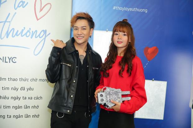 Lou Hoàng cùng bạn diễn nữ trong MV về đề tài yêu xa đáng yêu này.