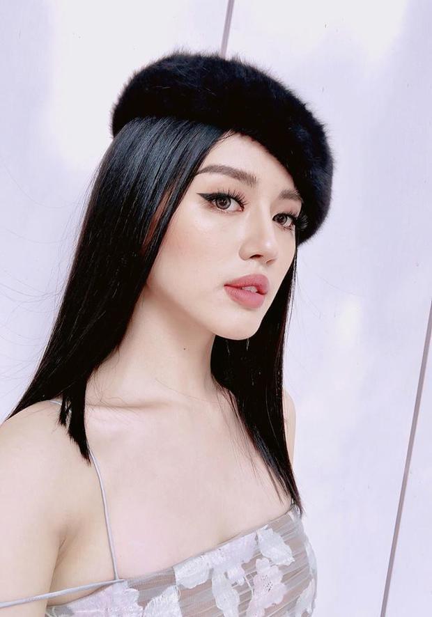 Khánh Linh trong những bức ảnh mới nhất cũng ép tóc thẳng tưng và kết hợp với mũ nồi xinh xắn.