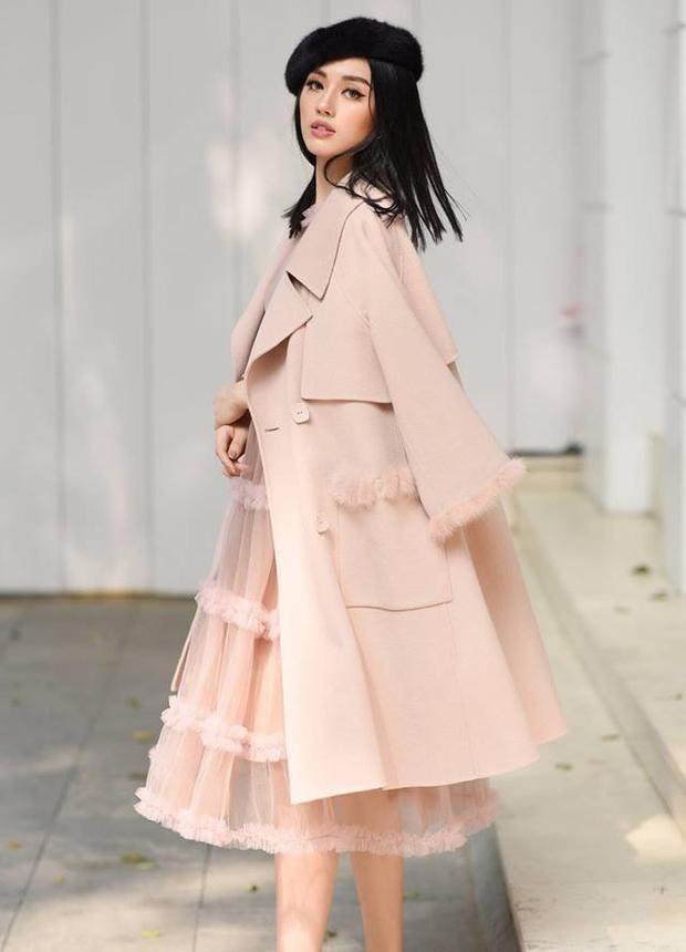 Kiểu tóc thẳng tưng kết hợp cùng váy xòe và áo khoác tông hồng pastel giúp Khánh Linh nhìn rất dịu dàng, thướt tha.