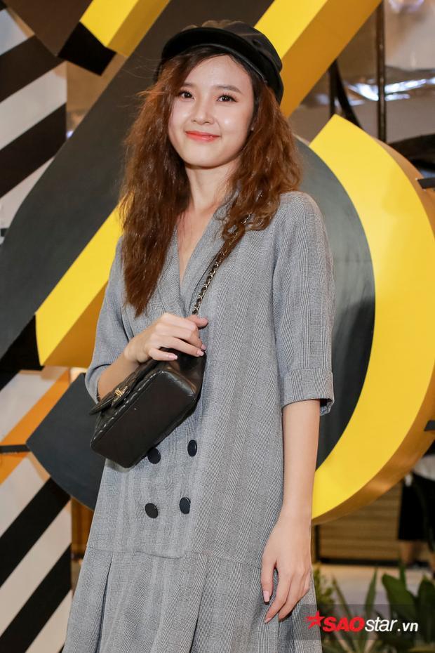 Midu ăn mặc khá đơn giản khi xuất hiện tại sự kiện khai trương khu trung tâm mua sắm, vui chơi do mình làm chủ.