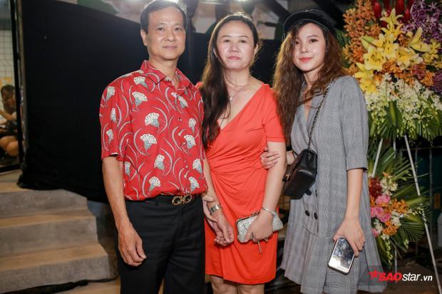 Bố mẹ của Midu cũng có mặt để chúc mừng thành công của con gái.