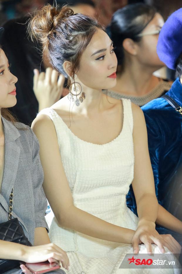 Ninh Dương Lan Ngọc nhã nhặn với đầm trắng cùng mái tóc được búi cao, điểm nhấn là hoa tai bản to.