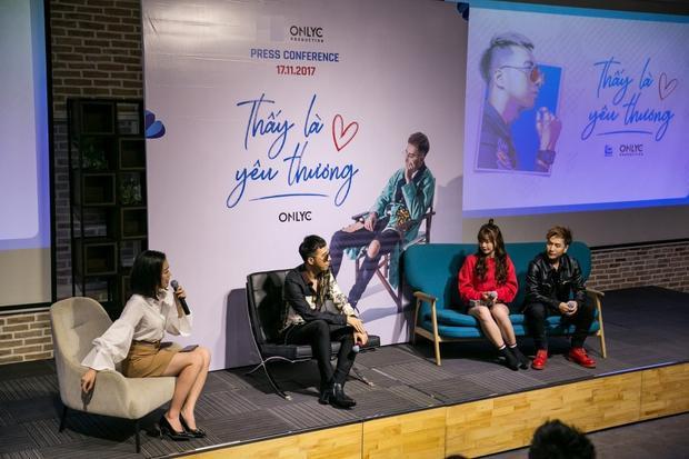 """Trong buổi họp báo, OnlyC và Lou Hoàng khiến mọi người thích thú khi chia sẻ câu chuyện anh chàng Lou bị doạ """"cắt cơm"""" nếu không chịu đóng MV của thầy."""