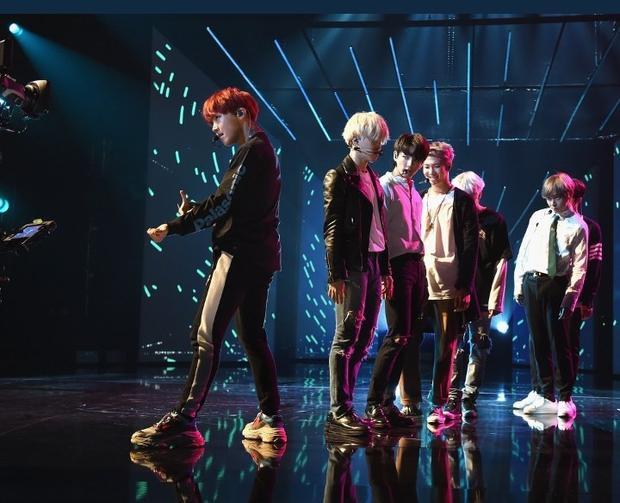 Hình ảnh BTS xuất hiện trong sân khấu tổng duyệt American Music Awards 2017 vừa được BTC hé lộ.