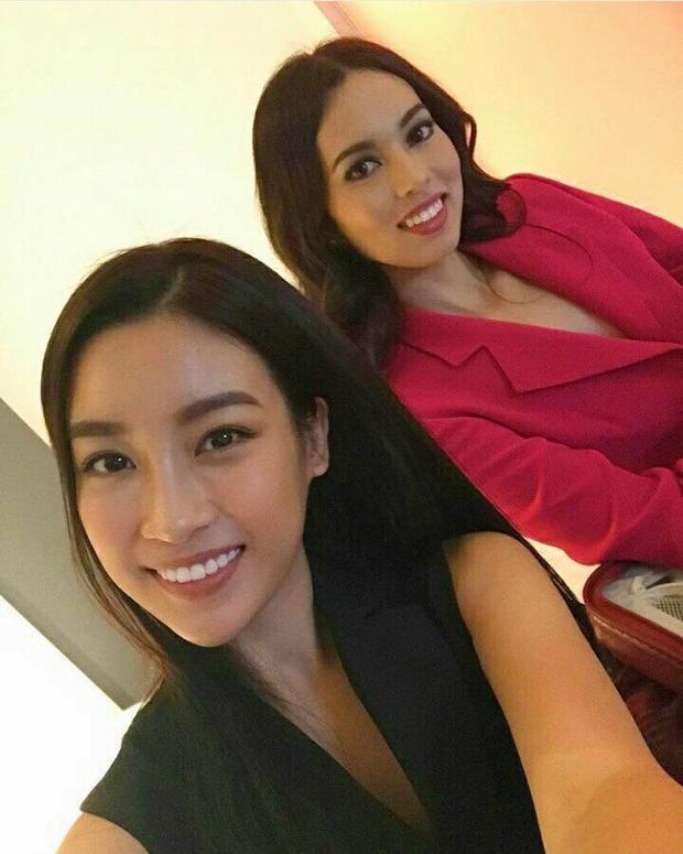 Là một trong những thí sinh có mặt sớm nhất tại Trung Quốc, Hoa hậu Việt Nam 2016đủ thời gian chuẩn bị cho những hoạt động đầu tiên của cuộc thi. Đỗ Mỹ Linh rạng rỡ chụp ảnh cùng đại diện đến từ Philippines, cũng là bạn cùng phòng của cô.