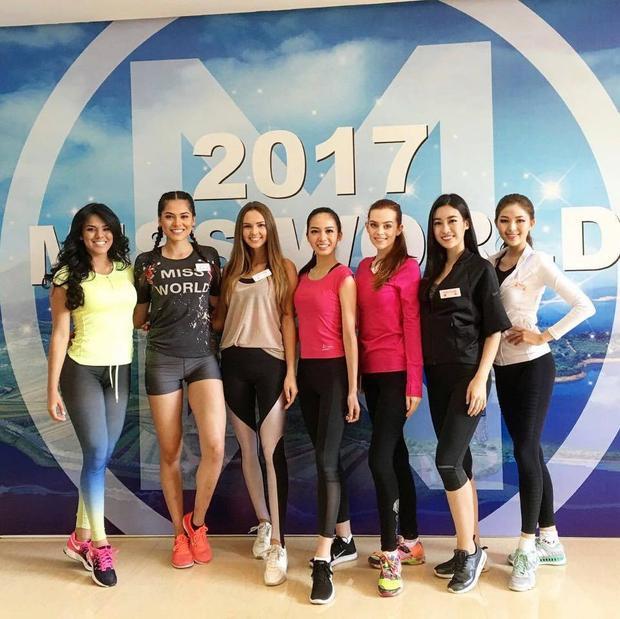 Chân dài gốc Hải Phòng đọ dáng cùng các người đẹp trong một buổi tập luyện của cuộc thi. Khi đứng cạnh bạn bè quốc tế, Đỗ Mỹ Linh hoàn toàn không bị lép vế mà còn rất nổi bật.