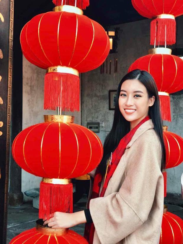 Hoa hậu Việt Nam 2016 xuất hiện xinh đẹp khi thăm thú đất nước láng giềng. Nhan sắc ngày càng rạng rỡ của Mỹ Linh thu hút ống kính máy ảnh.