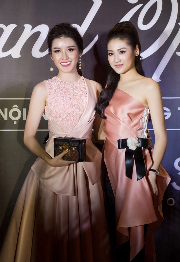 """Lần đầu """"chạm trán"""" sau tin đồn """"cạch mặt"""", Huyền My - Tú Anh đứng cạnh nhau cùng chụp hình theo lời đề nghị từ Hoa hậu Ngọc Hân."""