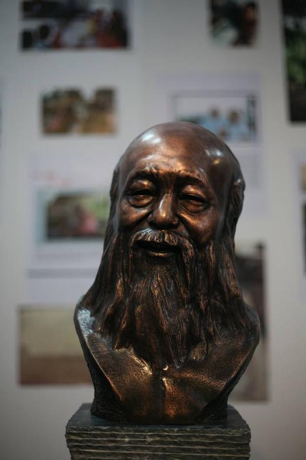 Bức tượng của người thầy giáo đáng kính được trưng bày trong triển lãm.
