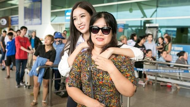 Nhìn thấy sự trưởng thành của con gái, mẹ của Hoa hậu Mỹ Linh vô cùng hạnh phúc và tự hào.