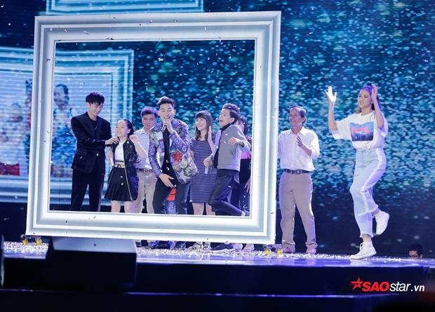 Xúc động với khoảnh khắc Vũ Cát Tường tận tay đưa bố học trò lên sân khấu tri ân
