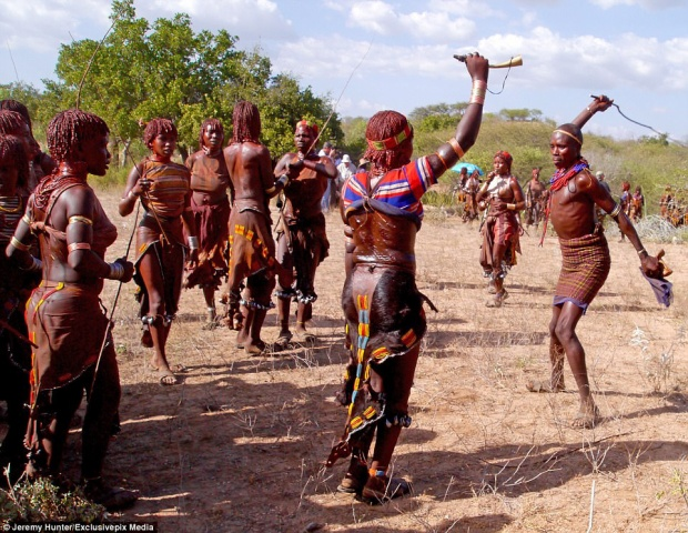 Các thành viên của bộ lạc Hamar tin rằng vết sẹo trên cơ thể người phụ nữ chính là minh chứng cho tình yêu chân thành của họ. Đặc biệt, trong tương lai nếu gặp khó khăn, trở ngại trong cuộc sống và khi trở thành góa phụ, họ sẽ nhận được sự giúp đỡ của những người đàn ông từng đánh mình và cộng đồng xung quanh.
