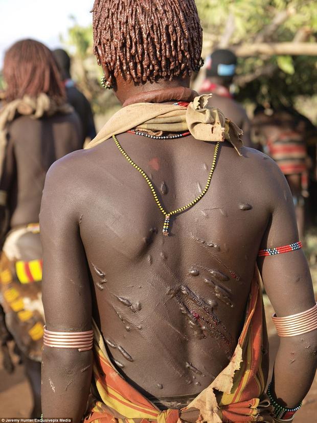 Đối với họ, những vết sẹo lưu lại trên lưng là một niềm đáng tự hào chứ không phải một biểu hiện của nỗi đau khổ. Nó thể hiện cho tình yêu, sự cống hiến, sự hi sinh của người phụ nữ Hamar dành cho người đàn ông của đời mình.