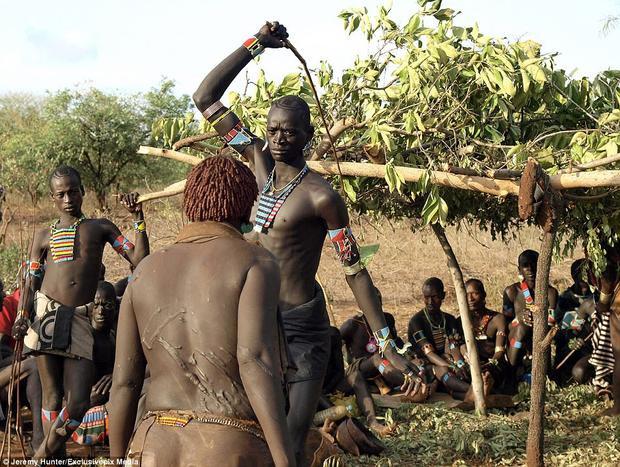 """Ở vùng đất Omo, đánh phụ nữ là một phần của nghi lễ """"Rite of Passage"""" và chỉ dành cho các nam thanh niên."""