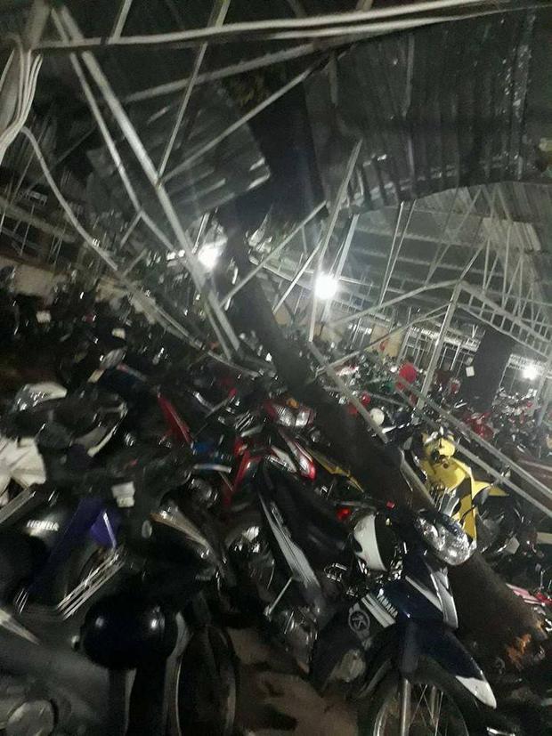 Mái che của nhà xe KTX trường Giao thông vận tải (quận 9, TP. HCM) bị lật tung hoàn toàn.