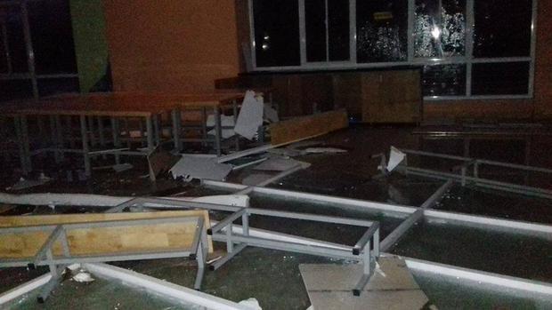 Bàn ghế và kính bị vỡ tại khu B ĐH Quốc gia TP. HCM (Quận Thủ Đức).