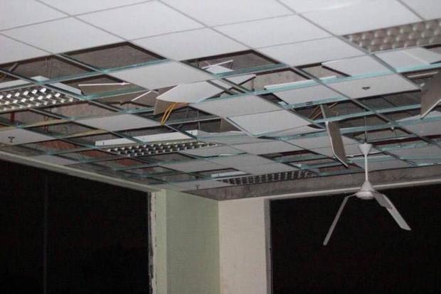 Mưa bão làm trần nhà ĐH Quốc gia TP. HCM bị hư hỏng nặng…