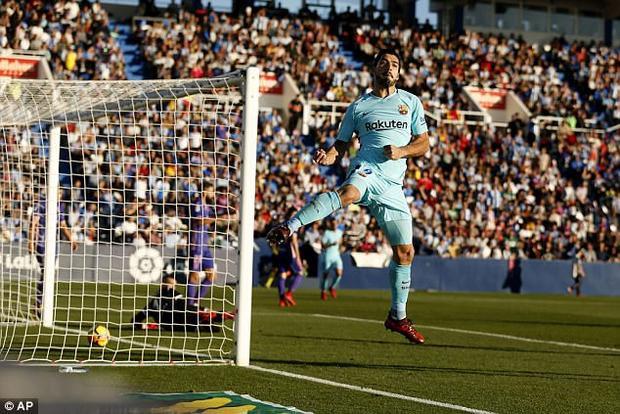 Barca làm khách trước Leganes với mục tiêu lấy trọn vẹn 3 điểm để tạo áp lực cho hai đối thủ Atletico và Real - hai đội đối đầu nhau trong trận derby Madrid diễn ra sau đó. Barca tạo ra nhiều cơ hội dồn dập nhưng phải đến phút 28, tiền đạo Suarez mới giúp đội khác có bàn thắng mở tỉ số.