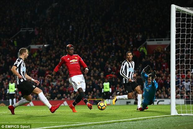 Ngoài Ibra, tiền vệ Paul Pogba cũng trở lại và lập tức trở thành cầu thủ xuất sắc nhất trận.