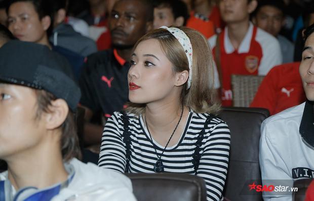 Một fan nữ vô cùng xinh xắn chú tâm vào trận đấu. Arsenal ở trận đấu này nhập cuộc rất tự tin, tấn công dồn dập khiến Tottenham phải chống đỡ vất vả.