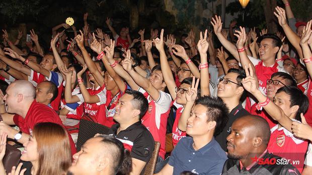 Niềm vui sướng của các CĐV Arsenal tại TP.HCM khi đội nhà có bàn dẫn trước.