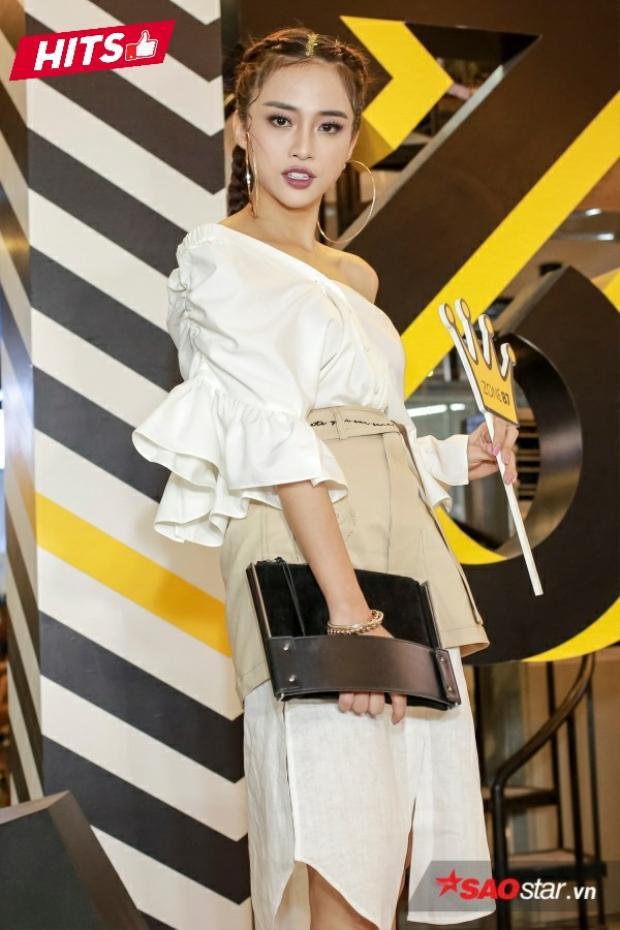 """Tông màu nude cùng thiết kế bất đối xứng xu hướng đã góp phần giúp cho Thiên Nga giành được một vị trí trong bảng xếp hạng. Sau khi rời The Face, cô nàng nhận được nhiều đánh giá là ngày càng """"thăng hạng"""" trong phong cách ăn mặc."""