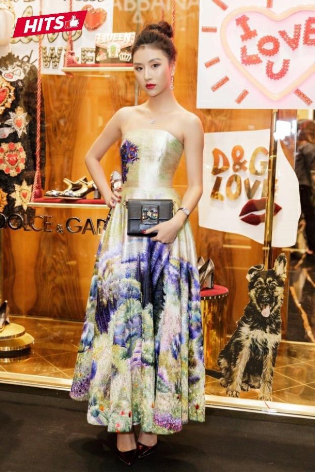 Diện chiếc váy gấm với họa tiết vẽ tay của nhà thiết kế Trần Hùng, Quỳnh Anh Shyn xuất sắc giành ngôi vị đầu bảng khi kết hợp cùng clutch của nhà mốt Dolce & Gabbana và bộ trang sức gồm vòng cổ, nhẫn, hoa tai đến từ thương hiệu Chopard, trị giá hơn 2 tỷ đồng.