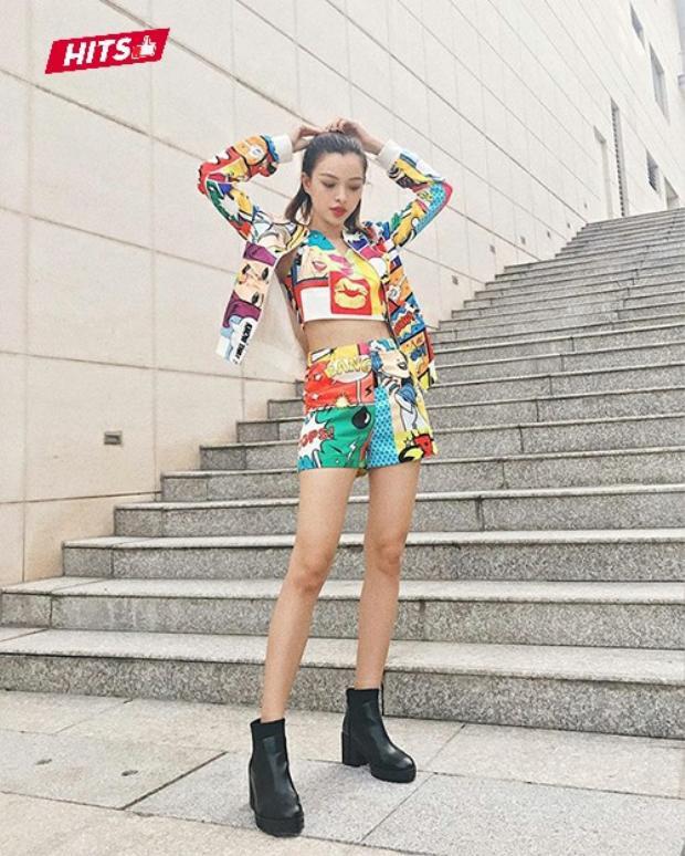 Tú Hảo sáng bừng khi xuống phố với cả cây họa tiết pop art màu sắc, tạo nên nét cá tính và tươi trẻ.
