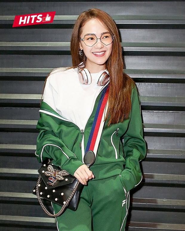 Minh Hằng lần nữa chinh phục giới mộ điệu với bộ cánh streetstyle đắt giá gồm áo khoác, quần jogger thương hiệu Fila, kết hợp cùng túi xách Gucci và kính mát hình lục giác cực độc đáo của Percy Lau.