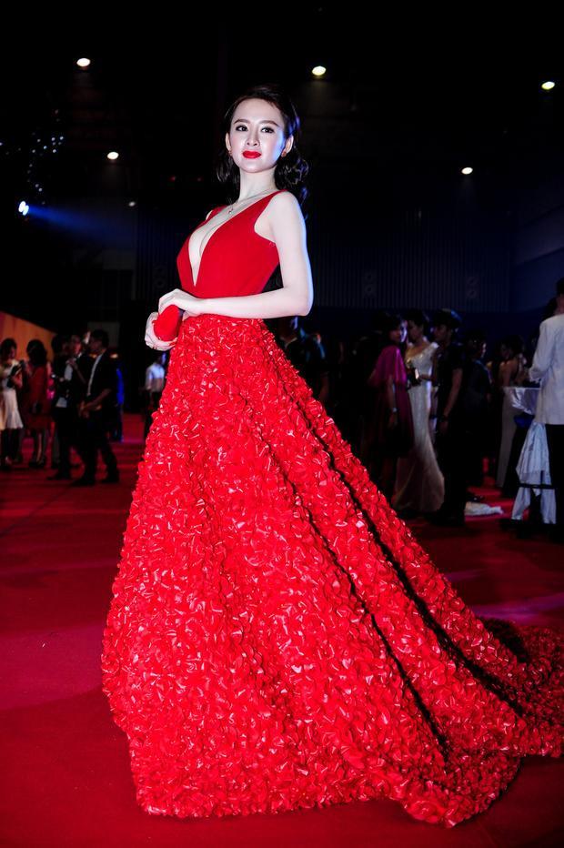 Angela Phương Trinh luôn biết làm nổi mình tại các sự kiện thời trang, cô luôn tận dụng và phô bày điểm mạnh của mình. Với làm da trắng sứ cùng vòng một nóng bỏng, chiếc đầm dạ hội đỏ rực với phần cổ khoét sâu táo bạo khiến cô vô cùng nổi bật.