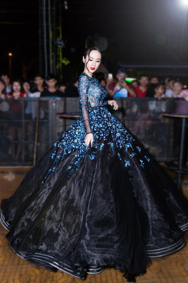 Đẳng cấp của người đẹp hot nhất nhì showbiz hiện nay còn được khẳng định nhờ trang phục của các nhà thiết kế tên tuổi. Bộ đầm xuyên thấu tông đen chủ đạo cùng họa tiết hoa thêu sắc xanh này là sáng tạo của nhà thiết kế Lê Thanh Hòa, từng được trình diễn trên sàn catwalk.