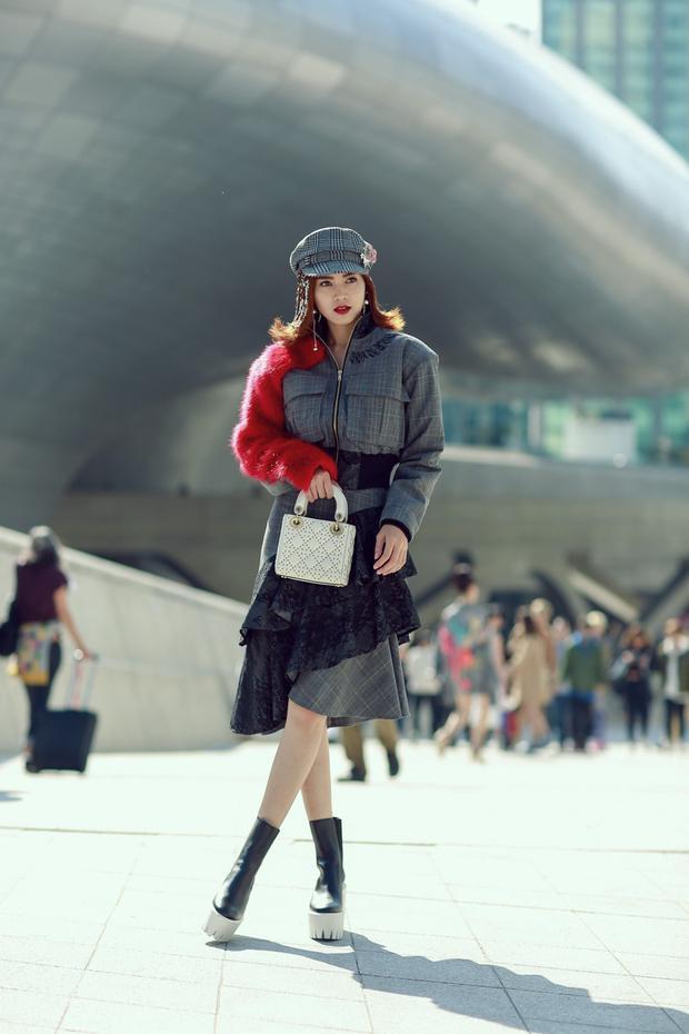 """Và tạiSeoul Fashion Week vừa qua, Như Ý trong Cô ba Sài Gònkhông những thu hút mọi ánh nhìn mà còn khiến giới điệu mộ phải trầm trồvới set đồ họa tiết kẻ ô cầu vai ngang, kết hợp cùng boots cao cổ của Stella McCartney và túi xách Dior gam màu trắng nhã nhặn. Váy bèo nhún ở phần đuôi nhưng không hề """"bánh bèo"""" mà vô cùng cá tính."""