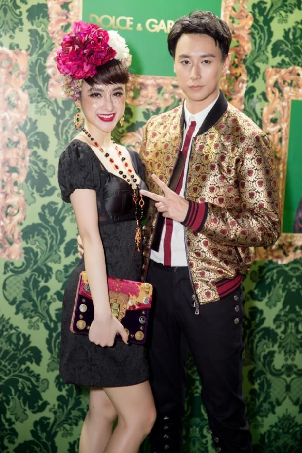 Angela Phương Trinh xinh đẹp nổi bật bên cạnh Rocker Nguyễn trong sự kiện.
