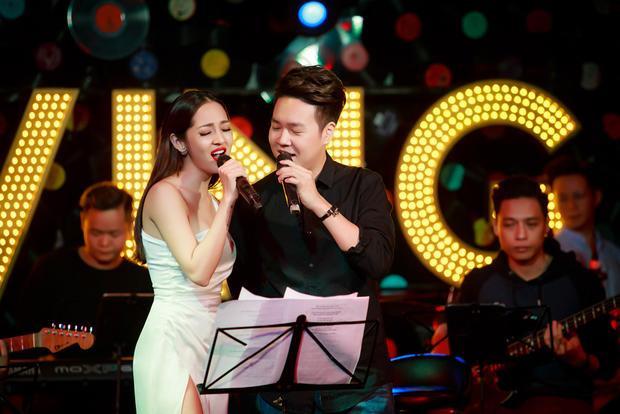 """Nam ca sĩ bày tỏ: """"Khán giả Hà Nội luôn khó tính nhưng khi Bảo Anh hát live và liên tục được mọi người vỗ tay đó chính là sự công nhận dành cho em. Anh tin em sẽ thành công hơn nữa trong thời gian sắp tới""""."""